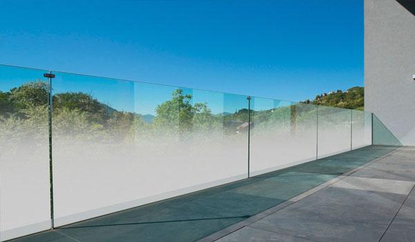 Parapetti in cristallo e vetro temperato. Lastre sfumate per aumentare la privacy | Serramenti e Serramenti